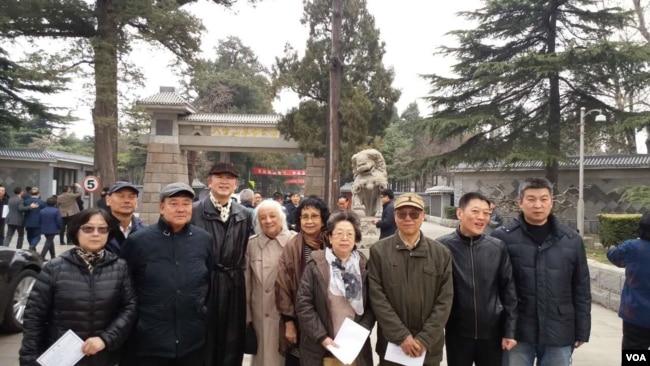 2017年3月17日,历史学者章立凡(左4)、作家老鬼(右3)等体制外人士参加胡耀邦夫人李昭告别仪式。