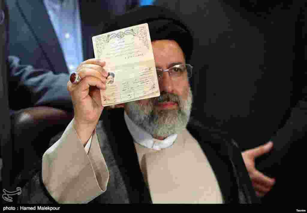نیمه پنهان ابراهیم رئیسی، پشت شناسنامه اش عکس: حامد ملک پور