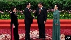 Chủ tịch Trung Quốc Tập Cận Bình (thứ hai từ phải) bắt tay Chủ tịch nước Việt Nam Trần Đại Quang, tại Bắc Kinh, ngày 14/5/2017.