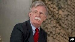 លោក John Bolton ចូលរួមកិច្ចប្រជុំជាមួយនឹងលោកប្រធានាធិបតី ដូណាល់ ត្រាំ ជាមួយមេដឹកនាំយោធាផ្សេងៗនៅមូលដ្ឋានទ័ពអាកាស Al Asad ប្រទេសអ៊ីរ៉ាក់ កាលពីថ្ងៃទី៧ ខែមករា ឆ្នាំ២០១៨។