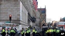 2013年4月16日,波士顿警察封锁波士顿科普利广场。有关波士顿马拉松连环爆炸案的调查仍在继续。