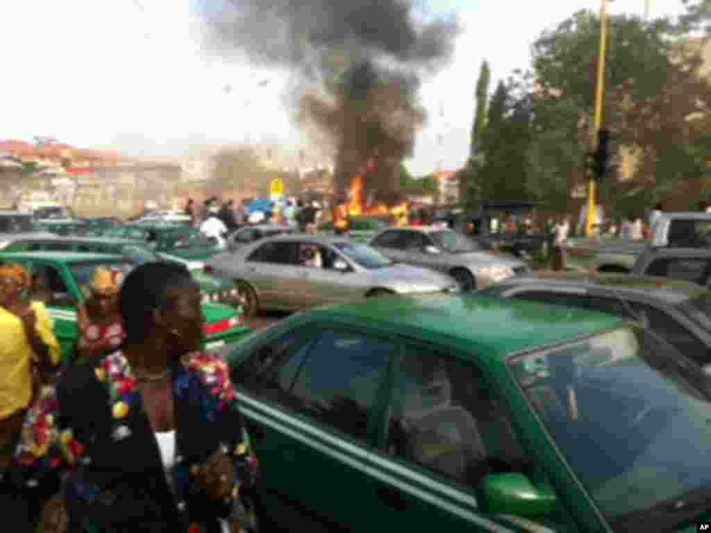 Hotunan hadarin motar dakon mai a unuguwar Wuse 2 kan titin Aminu Kano Crescent a Abuja, 16 Nuwamba 2011.