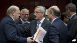 20일 벨기에 브뤼셀 회의에서 각국 유로존 재무장관들과 만난 장 클로드 융커 유럽연합 상임의장(가운데).
