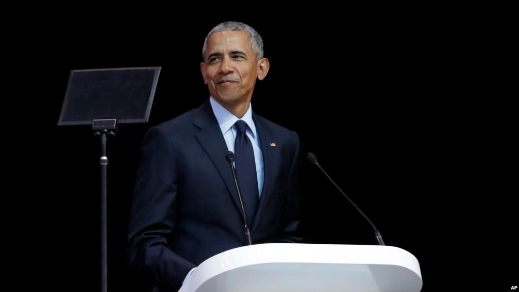 El expresidente de EE.UU., Barack Obama, pronuncia su discurso en la 16ª Conferencia Anual Nelson Mandela en el estadio Wanderers en Johannesburgo, Sudáfrica, el 17 de julio de 2018.