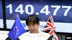 Bảng điện tử hiện tỉ giá đồng Yen Nhật so với đồng bảng Anh tại một trung tâm chứng khoán ở Tokyo, Nhật Bản, ngày 24/6/2016. Đồng đôla Mỹ, đồng euro và bảng Anh rớt giá mạnh sau cuộc trưng cầu dân ý ở Anh.