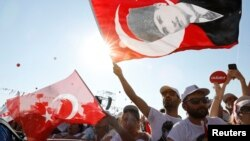 """People wave Turkish flags during a rally to mark the end of the main opposition Republican People's Party (CHP) leader Kemal Kilicdaroglu's 25-day long protest, dubbed """"Justice March,"""" against the detention of the party's lawmaker Enis Berberoglu, in Istanbul, Turkey July 9, 2017."""
