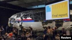 調查小組公佈現場擺設了局部復修的部份飛機殘骸