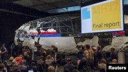 Para pakar memberikan presentasi mengenai penyebab jatuhnya pesawat Malaysia Airlines MH17, di Gilze Rijen, Belanda bulan lalu (foto: dok).