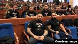 Članovi Udruženja Srbska čast u Narodnoj skupštini RS. Oni negiraju da rade na formiranju paravojnih jedinica, objašnjavajući da su humanitarci.