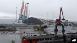Than từ Siberia đang chờ được đưa lên tàu đi đến Trung Quốc trong đặc khu kinh tế Rason của Bắc Triều Tiên, 24/7/2016. Tập đoàn Liaoning Hongxiang bị cáo buộc đã bán cho Bắc Triều Tiên những thanh nhôm và chất hoá học có khả năng được dùng vào các mục đích quân sự.