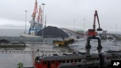 朝鲜罗先经济特区内待发的运煤货船(资料图)