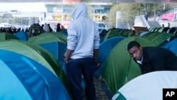 Des migrants se préparent à quitter leur camp de fortune à Paris, France, le jeudi 17 septembre 2015.
