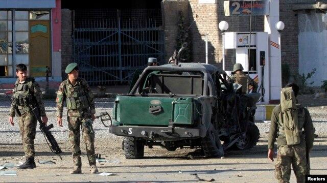 Binh sĩ Afghanistan tại hiện trường sau một vụ đánh bom tự sát.