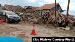 Rumah warga di kawasan antai di Desa Kalianda Bawah, mengalami kerusakan. (foto courtesy: Citra Pitaloka)