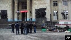 Медики оказывают помощь пострадавшим при взрыве на железнодорожном вокзале в Волгограде. Россия. 29 декабря 2013 г.