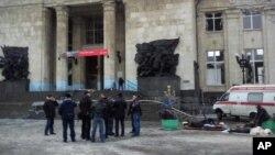 러시아 볼고그라드 기차역 앞으로 사람들이 몰려 있는 가운데 구급차가 환자를 이송하기 위해 대기하고 있는 모습.