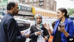 En esta foto del 6 de mayo de 2018 provista por la campaña de Alexandria Ocasio-Cortez se ve a la candidata Alexandria Ocasio-Cortez (derecha) durante una actividad de acercamiento a la comunidad bengalí en Nueva York.