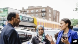 Alexandria Ocasio-Cortez, 28 tuổi, lần đầu ra tranh cử, trong một cuộc vận động với cộng động Bengal ở New York. Cô bất ngờ đánh bại dân biểu lão thành Joseph Crowley. Ảnh chụp ngày 6/5/2018. (Corey Torpie/Courtesy Alexandria Ocasio-Cortez Campaign via AP)
