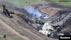 Rongsokan pesawat Boeing KC-135, pesawat pengangkut bahan bakar milik militer AS yang meledak di udara dan jatuh di dekat desa Chaldovar, Kyrgyzstan hari Jumat (3/5).