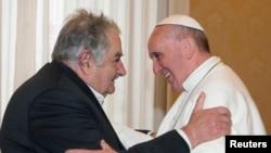 El presidente José Mujica le regaló al Papa una composición con tres estatuillas al estilo de los gauchos y un libro del propio Alberto Methol Ferré y de Alver Metalli, La América Latina en el siglo XXI.