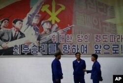 북한 평양의 326 전선공장 벽에 대형 선전 포스터가 걸려 있다. (자료사진)