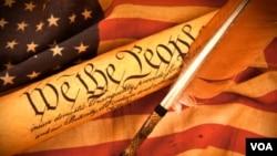 """美国国旗和宪法中开宗明义的文字:""""我们,人民……""""美国宪政影响巨大,广受好评,但也受到有些人的抨击"""