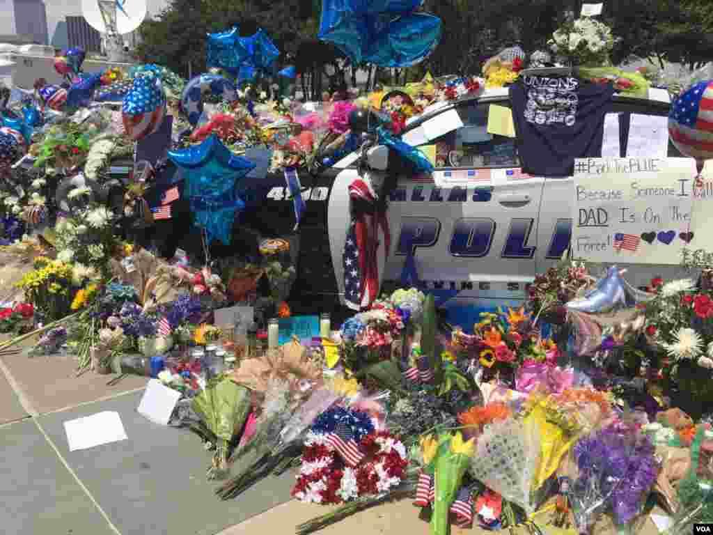 ماشین پلیسهای جان باخته مملو از دستنوشتهها و گلهای اهدا شده از سوی شهروندان شده است.