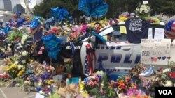 ABD'liler Dallas'ta Öldürülen Polisleri Anıyor