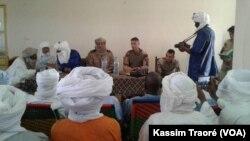 Les différentes parties réunies à Kidal (VOA/Kassim Traoré)