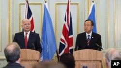 뉴욕에서 열린 무기거래조약에 참가해 영국의 외무 장관 윌리엄 헤이그와 공동 기자 회견을하는 반기문(우측) 유엔 사무총장