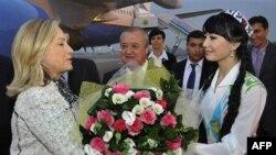 Госсекретаря США Хиллари Клинтон встречают в аэропорту Ташкента. 22 октября 2011 г.