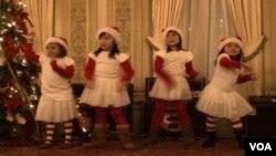 Anak-anak Indonesia berusia di bawah 10 tahun menampilkan tarian dengan tema Natal