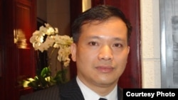 """FILE - Lawyer Nguyen Van Dai, in a VOA interview, said that Vietnam and Myanmar """"are both in Southeast Asia, so why is the dignity of Vietnamese lower than the people of Myanmar? Why don't Vietnamese have democratic rights?"""""""