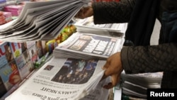 民眾2012年11月7日購買顯示奧巴馬當選連任總統消息的報紙