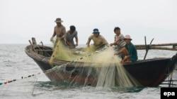 Ngư dân Việt Nam đánh cá ngoài khơi Biển Đông.