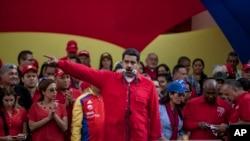 니콜라스 마두로(가운데) 베네수엘라 대통령이 25일 수도 카라카스에서 열린 반 의회 집회에서 연설하고 있다.