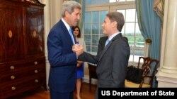 Ông Malinowski (phải) đảm nhận vị trí Trợ lý Ngoại trưởng Mỹ hồi tháng Năm năm nay, và trước đó, ông là Giám đốc Văn phòng của Human Rights Watch ở thủ đô Washington.