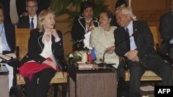 Američka državna sekretarka Hilari Klinton u razgovoru sa filipinskim kolegom Albertom Del Rosariom na Baliju