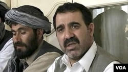 Ahmad Wali Karzai (kanan), ketua dewan propinsi Kandahar, dibunuh di rumahnya Selasa (12/7).
