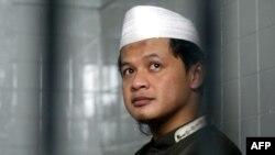 Abdullah Sunata, 27 tuổi, đọc kinh Koran trước phiên xử ở Jakarta, 29/12/2010