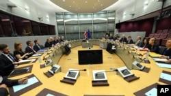 Avrupa Birliği ile İngiltere arasındaki Brexit müzakereleri Michel Barnier ve David Davis başkanlığındaki heyetler arasındaki toplantıyla resmen başladı.
