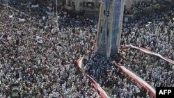 Ðám đông biểu tình chống Tổng thống Bashar al-Assad giương ra một lá cờ Syria lớn tại trung tâm thành phố Hama, Syria, ngày 29 tháng 7, 2011
