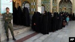 Phụ nữ Iran xếp hàng chờ bỏ phiếu tại Qom, ngày 14/6/2013.