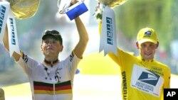 Pebalap sepeda AS, Lance Armstrong (kanan) dan pebalap Jerman Jan Ullrich pada saat penerimaan trophy Tour de France tahun 2001 (foto: dok). Armstrong dan Ullrich ketahuan menggunakan doping.