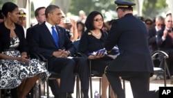 Tổng thống Obama và phu nhân cùng với 20 đại biểu quốc hội đã đến dự lễ tưởng niệm cố thượng nghị sĩ Daniel Inouye - Bà Inoune, phu nhân của cố thượng nghị sĩ, nhận lá quốc kỳ đã được phủ trên quan tài của chồng