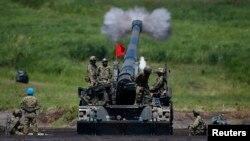 日本自卫队在富士山附近军事演习中的自走式火炮发射。