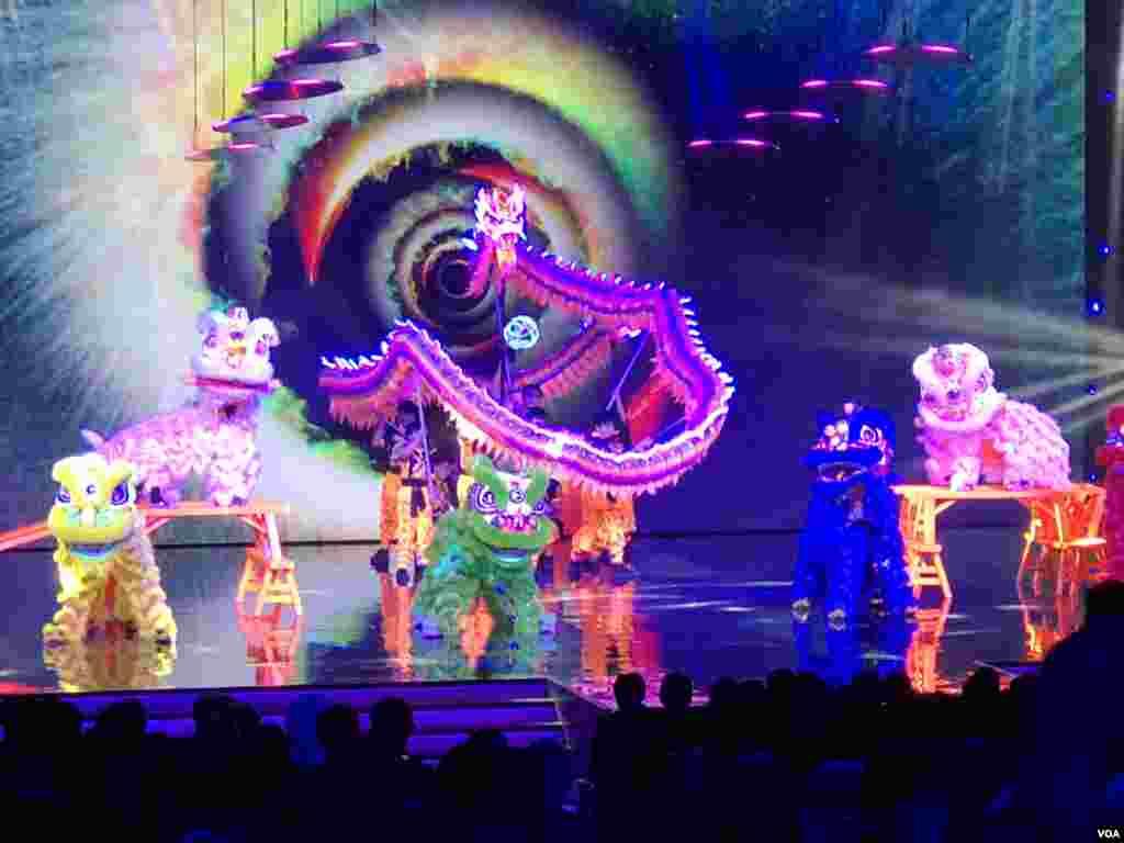 برگزار کنندگان مراسم بهترینهای فوتبال آسیا، با بهره گیری از نمادهای فرهنگ چین، رقص اژدها که سمبل صلح و آینده روشن است و همچنین رقص شیر به نشانه خوشحالی، تصاویر زیبا و بیادماندنی برای حضار خلق کردند