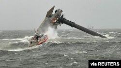 Катер Береговой охраны США направляется к месту катастрофы, случившейся с крановым судном Seacor Marine в 13 км к югу от побережья Луизианы, 13 апреля 2021 года