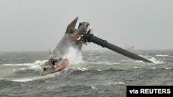 Roja Bregdetare duke kërkuar për të mbijetuar përreth anijes së përmbysur (13 prill 2021)