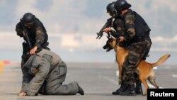 Polisi khusus Turki dalam sebuah operasi anti teror (foto: ilustrasi).